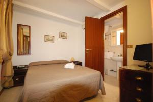 A bed or beds in a room at Hotel Residence Vatican Suites