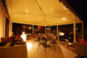A restaurant or other place to eat at Hotel Residence Vatican Suites