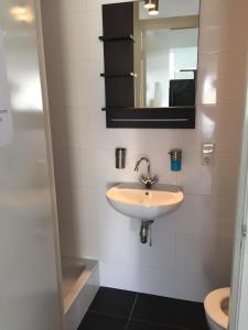 Ein Badezimmer in der Unterkunft Villa Westbroekpark