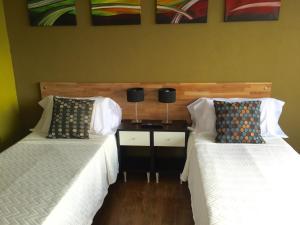 Una cama o camas en una habitación de Center Suite Bariloche - (Leg. 1063)
