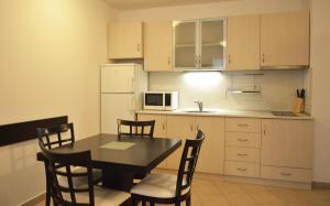 A kitchen or kitchenette at Aparthotel Winslow Highland