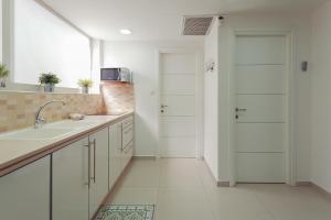 Кухня или мини-кухня в Colony Suites- Yehoash St.