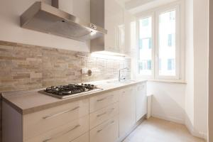 A kitchen or kitchenette at Casa Edvige Trastevere