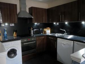 A kitchen or kitchenette at Edinburgh Old Town Apartment