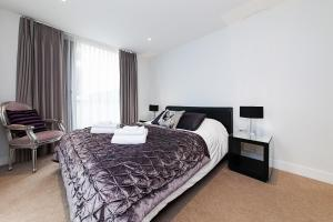 A bed or beds in a room at Pinnacle Residences - Central Cambridge