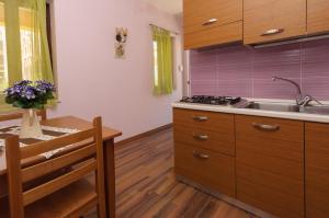 A kitchen or kitchenette at Residence Villa Il Glicine