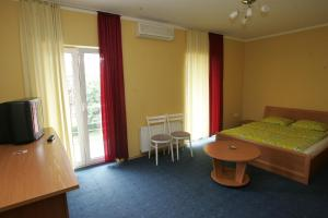 A bed or beds in a room at Marijos Karpenko Apartaments