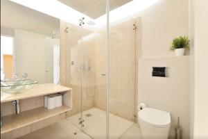 A bathroom at Studios Baixa Downtown Porto