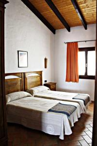 A bed or beds in a room at Casa Rural Elanio Azul