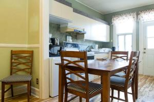 A kitchen or kitchenette at Appartements Jean Talon