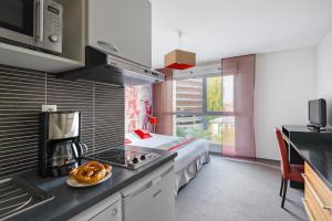 Cuisine ou kitchenette dans l'établissement Lagrange Apart'Hotel Strasbourg Wilson