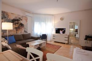 A seating area at Apartment Dositej 3