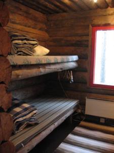 Kerrossänky tai kerrossänkyjä majoituspaikassa Posio Cottage Tervatupa