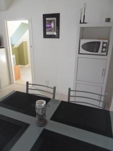 A kitchen or kitchenette at La plage