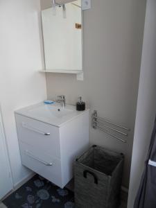 A bathroom at La plage