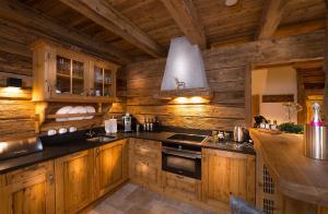 A kitchen or kitchenette at Chaletdorf Auszeit