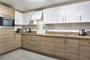 A kitchen or kitchenette at Jupiter Heights Apartments By Flying Butler