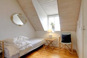 En eller flere senge i et værelse på Klitgården Apartment