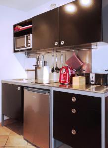 A kitchen or kitchenette at Rheintor-Apartment