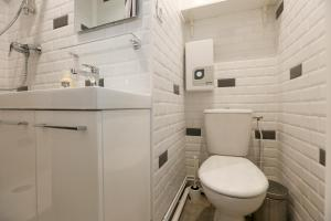 A bathroom at Renovated Studio for 2