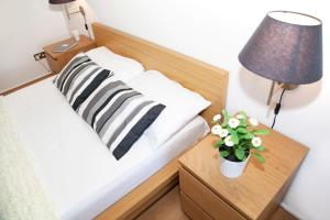 A bed or beds in a room at Shoreditch Níké Apartments