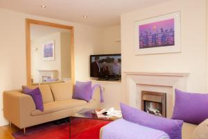 A seating area at Short Let Space Oxford Town House