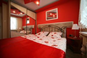 A bed or beds in a room at Apartamenty Podzamcze Wałbrzych