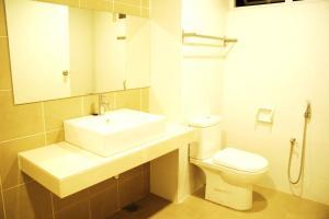 A bathroom at Shamrock Seaview 11 Villa