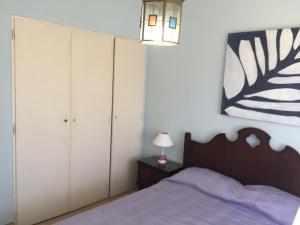 Una cama o camas en una habitación de El Tio Villa Gesell Apartment