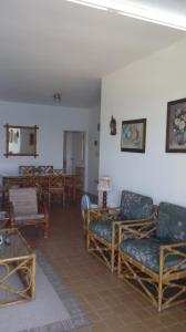 A restaurant or other place to eat at Astúrias Top Apartamento