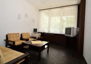 Ein Sitzbereich in der Unterkunft Chesa Clois 24 Studios