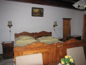A bed or beds in a room at Dreiszker Vendégház
