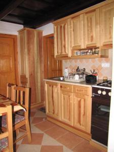 A kitchen or kitchenette at Dreiszker Vendégház