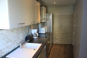 Cuisine ou kitchenette dans l'établissement Appartement 3 Pièces Bord de mer Place du 6 Juin