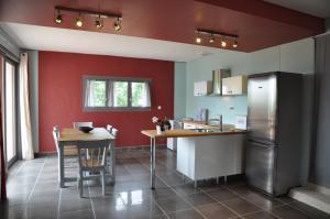 """A kitchen or kitchenette at Gîte """"Le Crépuscule"""""""