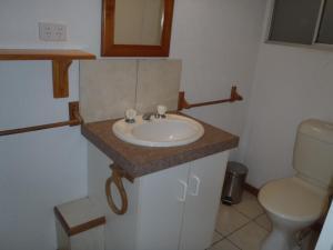 A bathroom at Beachside Holiday Units