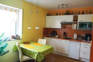 A kitchen or kitchenette at Ferienwohnung Bed ohne Breakfast