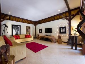 Uma área de estar em Villa San - an elite haven