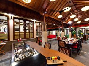 Um restaurante ou outro lugar para comer em Villa San - an elite haven
