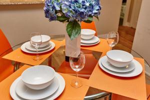 En restaurant eller et andet spisested på Atlas Suites Wellington - Furnished Apartments