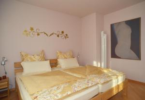 Ein Bett oder Betten in einem Zimmer der Unterkunft Ferienwohnung Unter dem Schwalbennest