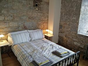 A bed or beds in a room at Royal William Yard Clarence