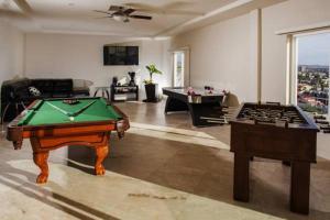 Mesa de billar en Playa Bonita Luxury Suites