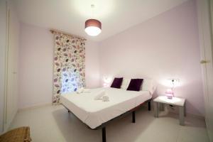 A bed or beds in a room at Apartamentos Kasa25 Golf & Beach Hoyo 18