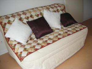 A bed or beds in a room at Studio Meublé À L'aiguillon