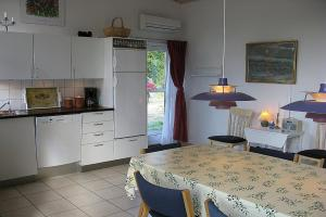 A kitchen or kitchenette at Læsø Holiday Home 538