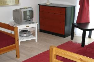A television and/or entertainment center at Læsø Holiday Home 538