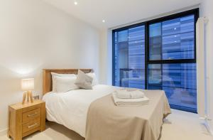 A bed or beds in a room at My-Quartermile Apartments