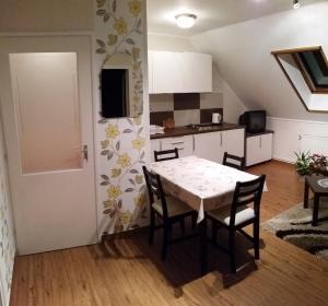 Kuchyňa alebo kuchynka v ubytovaní FaDóra Apartman