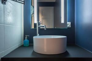 A bathroom at Curiosité